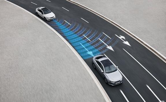 Nuova berlina PEUGEOT 508: tecnologia di guida semi autonoma con regolatore di velocità adattivo con funzione  Stop & Go e sistema di mantenimento del veicolo in corsia.