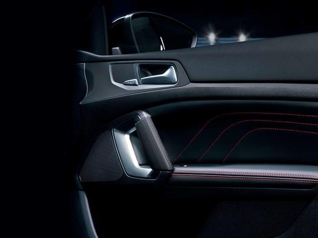 Nuova PEUGEOT 308 GT – cuciture rosse sui pannelli delle porte
