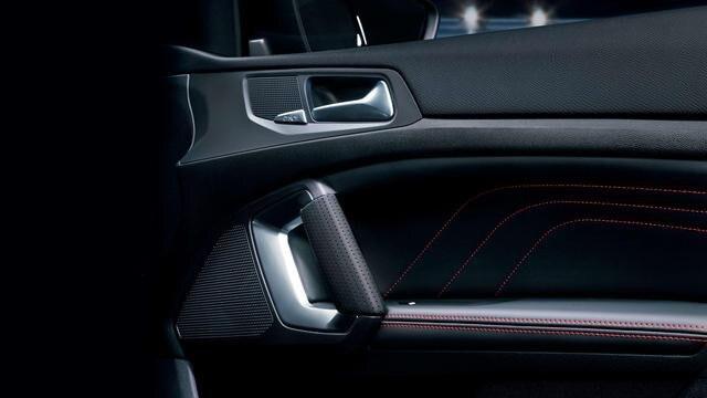 Nuova PEUGEOT 308 SW GT – cuciture rosse sui pannelli delle porte